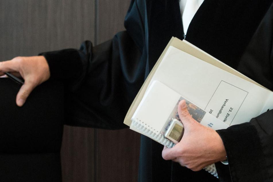 Vor Gericht gelten auch bei großer Hitze Vorschriften für die Kleidung. (Symbolbild)
