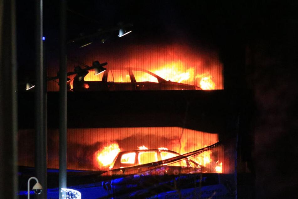 1400 Autos verbrennen bei Feuer in Parkhaus