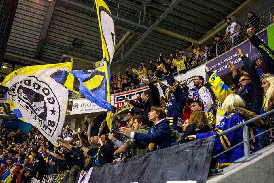 Nach dem Siegtreffer zeigte ein Füchse-Fan, wohl gerichtet an die Dresdner Anhänger, seinen Allerwertesten.