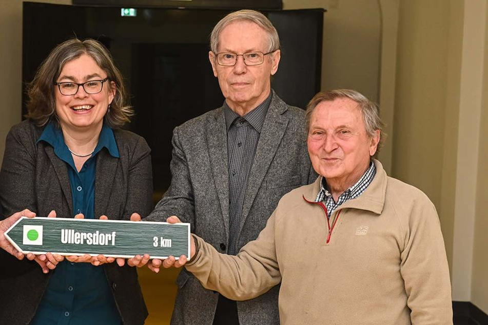 Umweltbürgermeisterin Eva Jähnigen (53, Grüne) mit Frank Werth (74) und Günther Schönberger (83, r.) bei der Berufung der Wanderwegewarte im Rathaus.