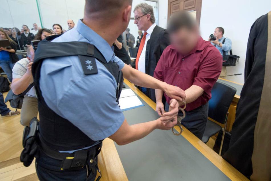 Der 42-jährige Angeklagte wird zur Anklagebank geführt (Archivbild vom 20.04.2018).