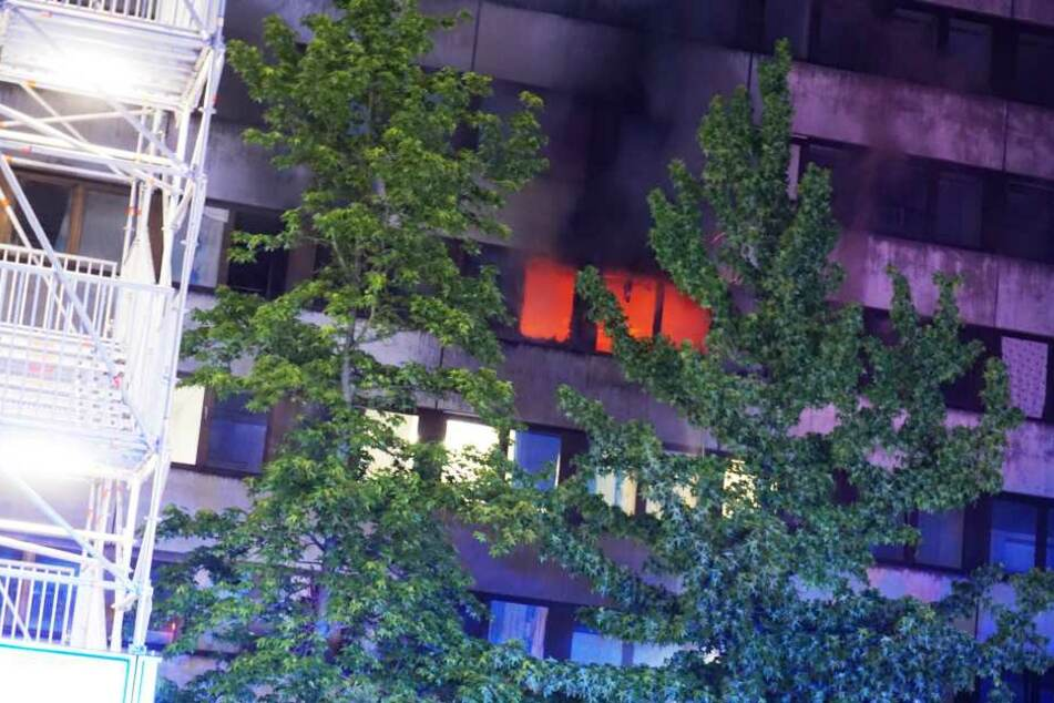 Durch das Feuer wurde eine Person verletzt.