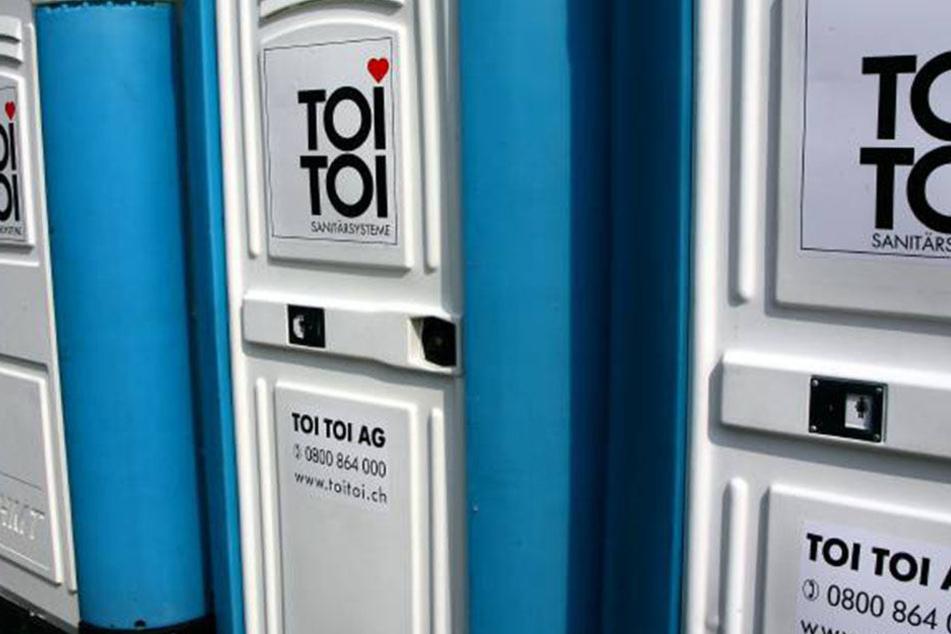 Unbekannte jagten in Fürth eine mobile Toilette in die Luft.