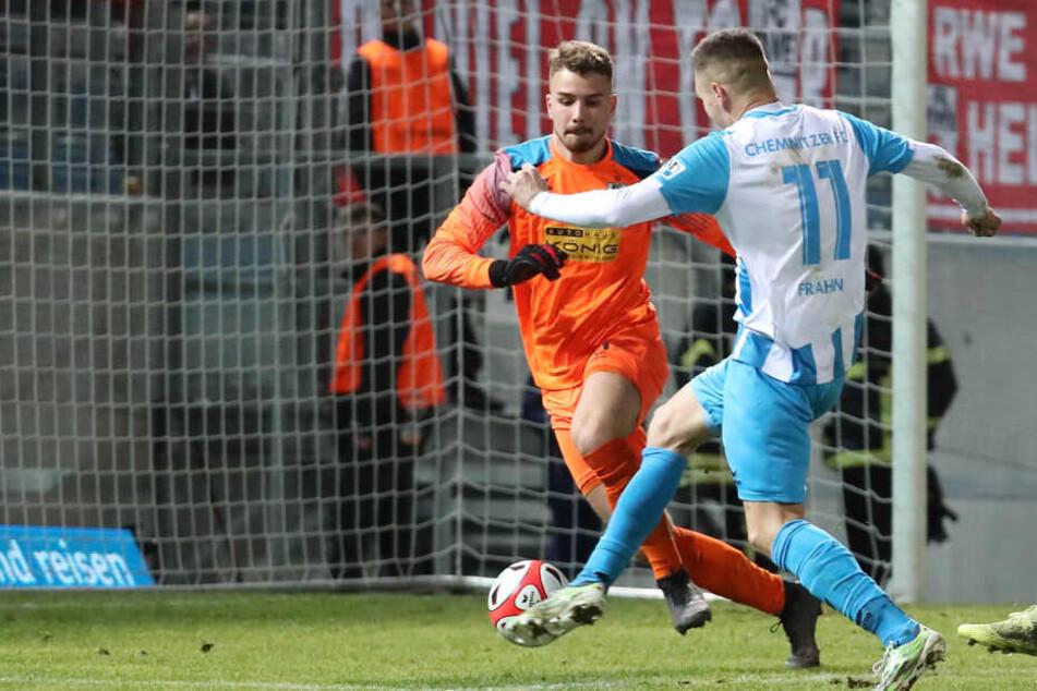 Auch von Erfurts Keeper Julian Knoll (h.) nicht aufzuhalten: CFC-Stürmer Daniel Frahn.