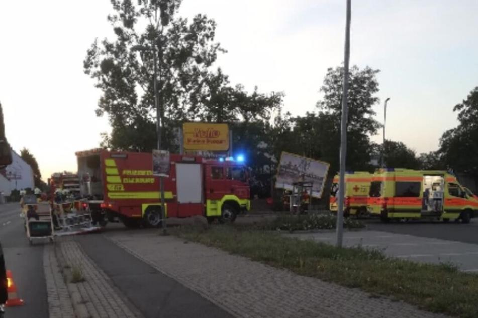 Der VW krachte in das Gelände eines Kita an der Torgauer Landstraße und blieb auf dem Dach liegen.