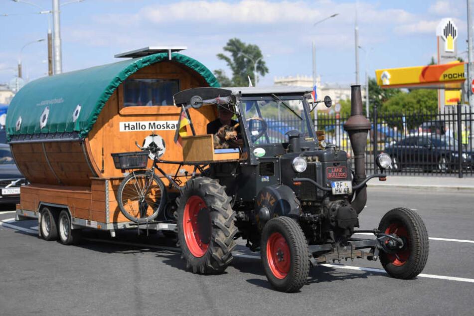 Auch mit dem Traktor kann man zur WM nach Moskau zu fahren.