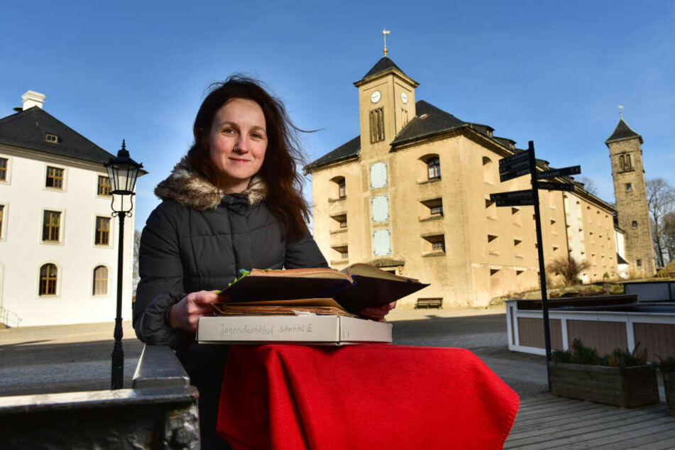 Kuratorin Maria Pretzschner (41) mit alten Dokumenten des Jugendwerkhofs.