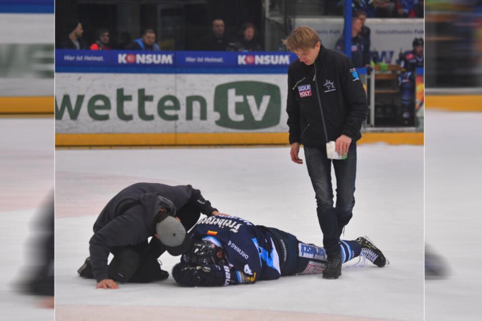 Steve Hanusch lag nach dem Foul von Shawn Weller auf dem Eis und musste von Arzt Lars Stephan (r.) behandelt werden.