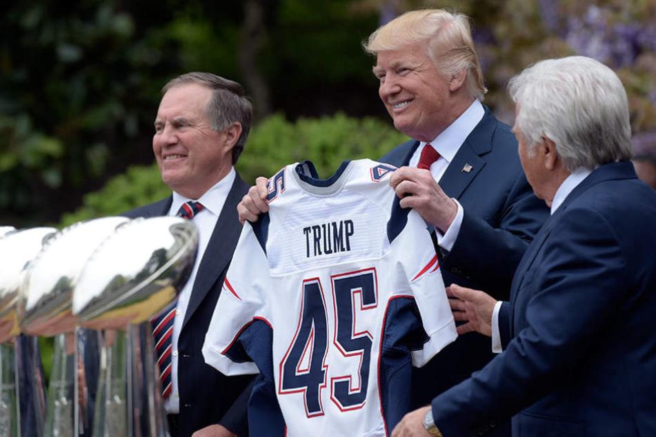 """Der 45. US-Präsident Donald Trump bekam ein Trikot mit """"seiner"""" Rückennummer überreicht."""