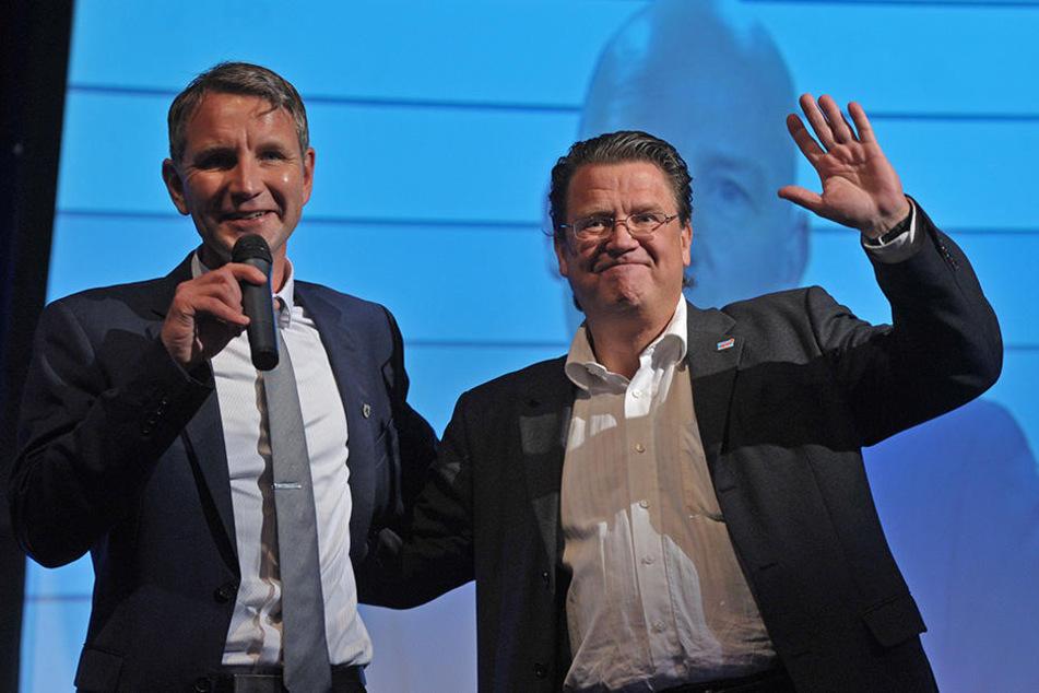 (v.l.) Björn Höcke (45, AfD) und Stephan Brandner (51, AfD) zeigten sich in Erfurt sichtlich erfreut.
