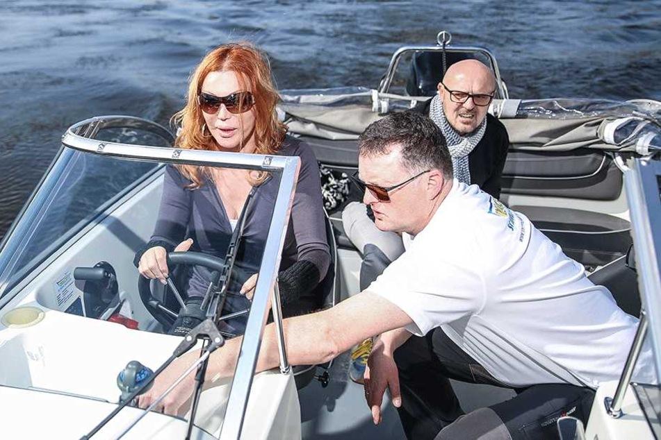 """Gunter Zerbst (48, vorn), Inhaber der """"Yachtschule Meissen"""", gibt Zora Schwarz Fahrstunden auf der Elbe."""