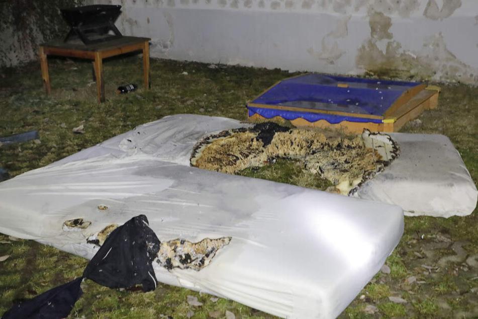 Die Matratze fing Feuer, als die beiden Männer im Bett geraucht hatten.