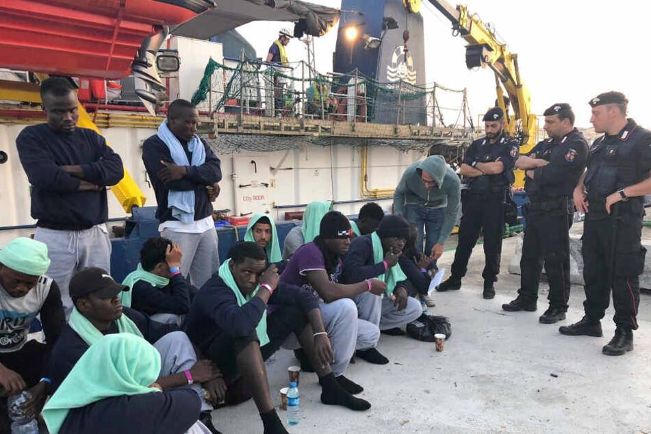 Die Polizei umstellte an Land die Flüchtlinge.