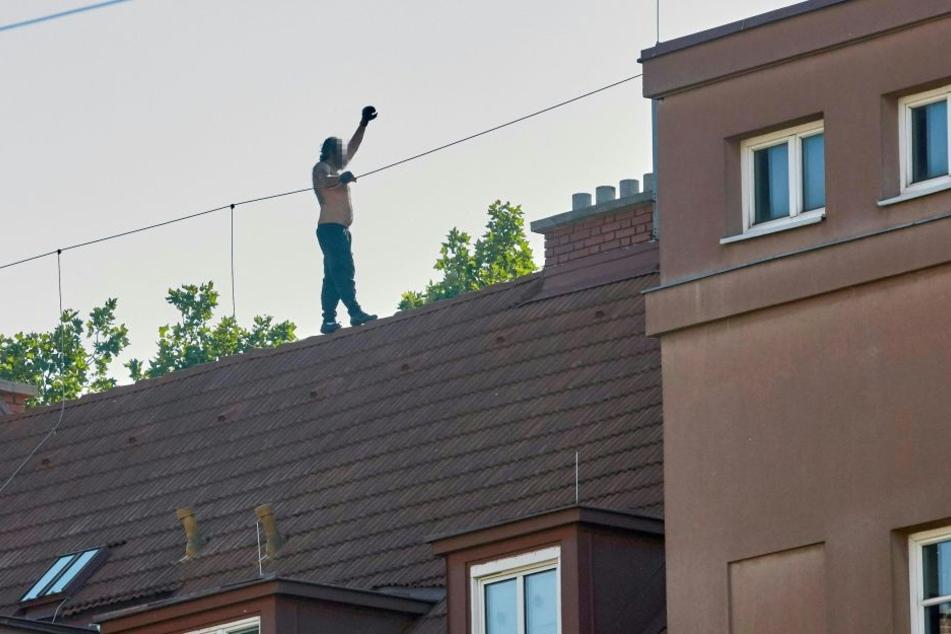 Ein mutmaßlicher Straftäter ist vor der Polizei auf das Dach seines Hauses in Wien-Hernals geflüchtet.