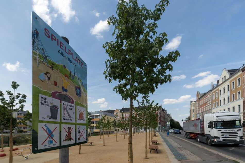 Ärger um den neuen Alberti-Park: Der Spielplatz liegt direkt an zwei viel befahrenen Straßen und hat keinen Zaun.