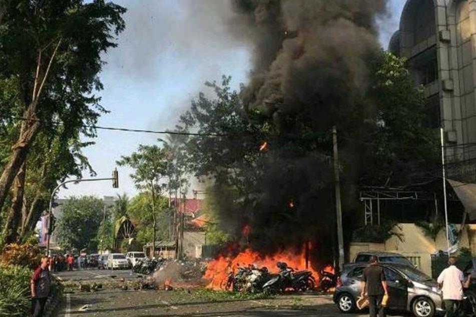 Zeitgleiche Explosionen vor Kirchen reißen mehrere Menschen in den Tod