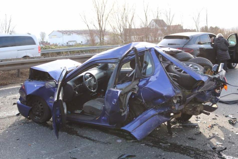 Einer der Unfallwagen war kaum noch wieder zu erkennen.