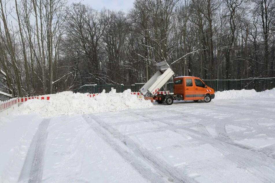 Auf dem Gelände an der Hans-Driesch-Straße wird der Schnee abgeladen.