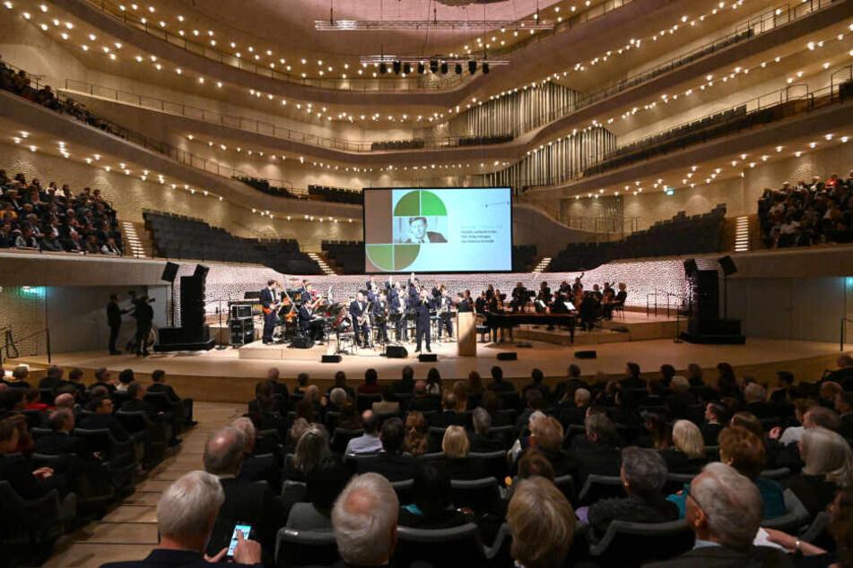 Die Besucher sitzen brav in der Elbphilharmonie, während das Orchester der Bundeswehr zum Festakt des 100. Geburtstages von Alt-Bundeskanzler Helmut Schmidt spielt.