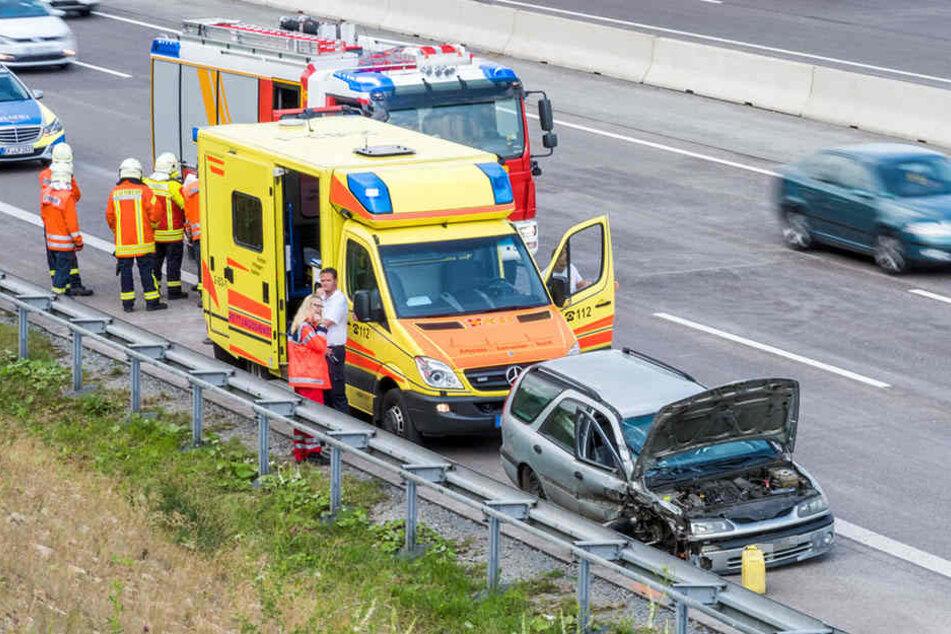 Der Renault wurde bei dem Unfall auf der A4 stark beschädigt.