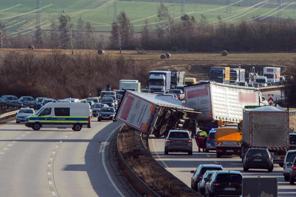 Auf der A71 in Höhe des Erfurter Beckens stürzte ein Laster um.