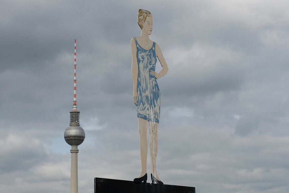 "Berlin braucht mehr Ideen: Blechfiguren auf dem Dach des Auswärtigen Amtes in Berlin zur ""Langen Nacht der Ideen"" am 12.05.2017."
