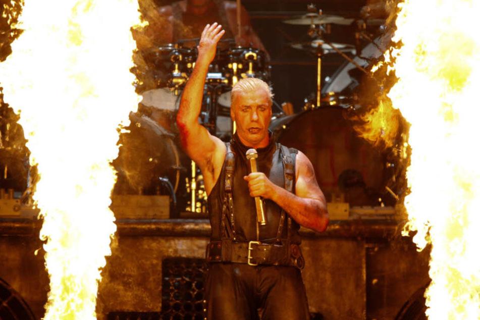 Till Lindemann, Sänger der Band Rammstein, steht bei einem Konzert zwischen Flammen auf der Bühne. (Archivbild)