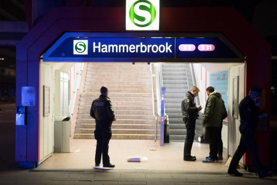 Die Polizei vernahm an der S-Bahn-Station Hammerbrook nach einer Messerattacke Zeugen.