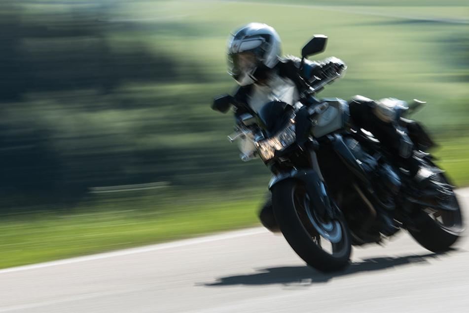 Autofahrer übersieht beim Überholen Biker: Schwer verletzt