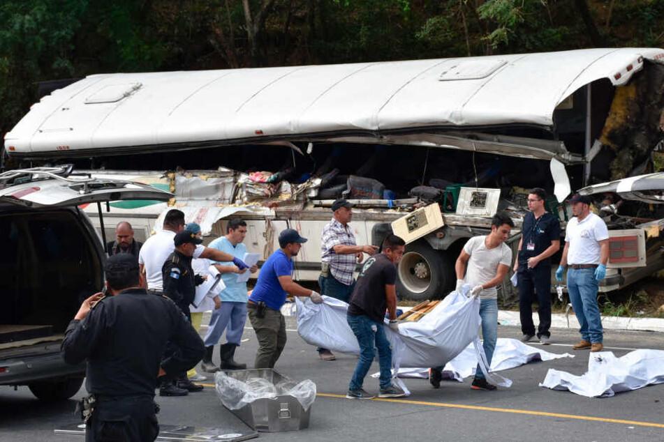 Horror-Unfall: Reisebus kracht mit Lastwagen zusammen, 21 Tote