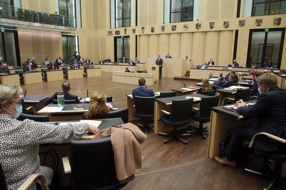Jens Spahn (CDU), Bundesgesundheitsminister, nimmt an einer Sondersitzung im Bundesrat teil und hält eine Rede.