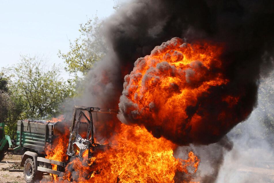 Auf Friedhof: Multicar steht in Flammen