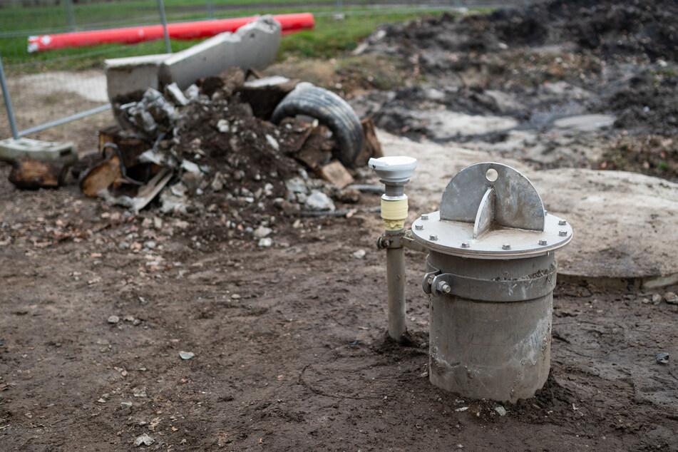 Unrat liegt hinter dem Brunnenkopf auf der Baustelle vom geplanten Coca-Cola-Brunnen.