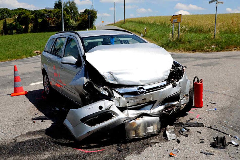 Transporter kracht mit Opel zusammen: Drei Verletzte