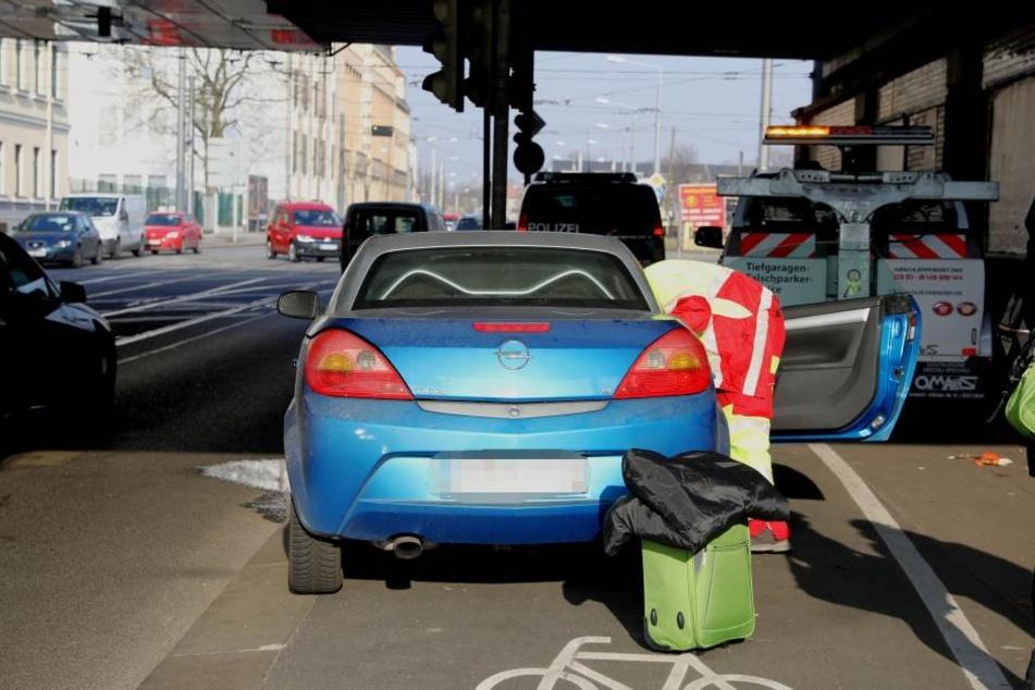 Der Opel-Fahrer knallte gegen eine Ampel.