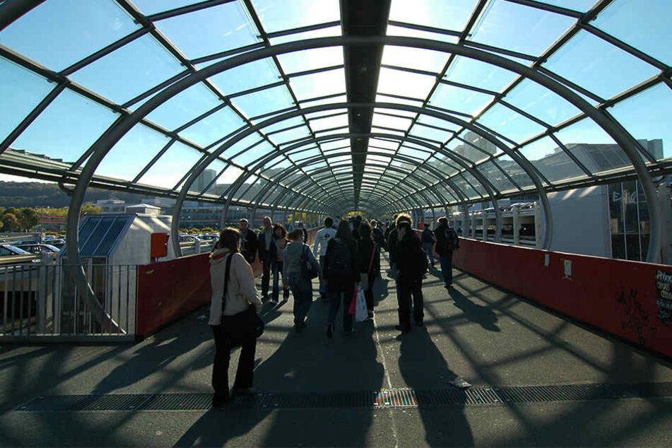 Über diese Brücke gelangen die Studenten von den Parkhäusern in die Universität.