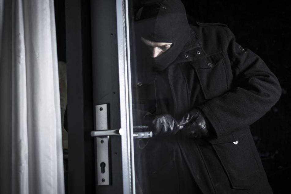 Einbruch in Erdgeschoss-Wohnung: Wer hat Frau bedroht und beraubt?