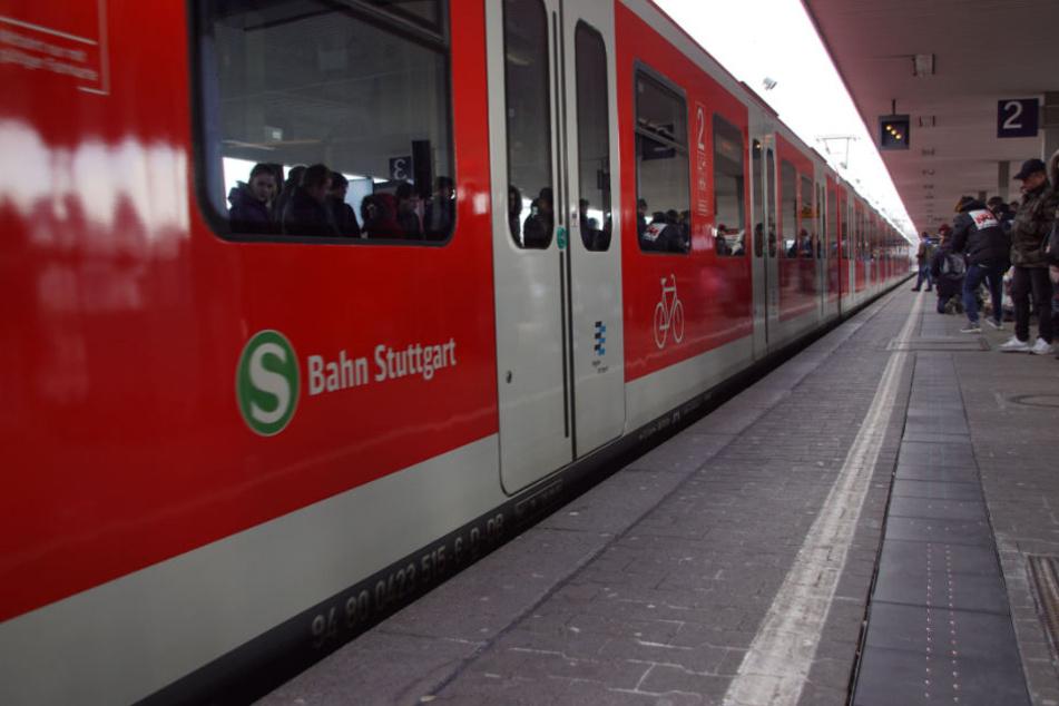 Gut zu sehen: der Presserummel am Montag im Bahnhof Cannstatt. Weniger gut erkennbar: die Lichter am Boden.