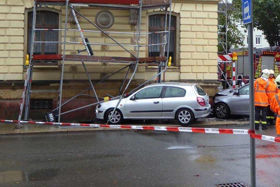 Beide Autos wurden durch die Wucht des Aufpralls in das Baugerüst eines Gebäudes geschleudert.