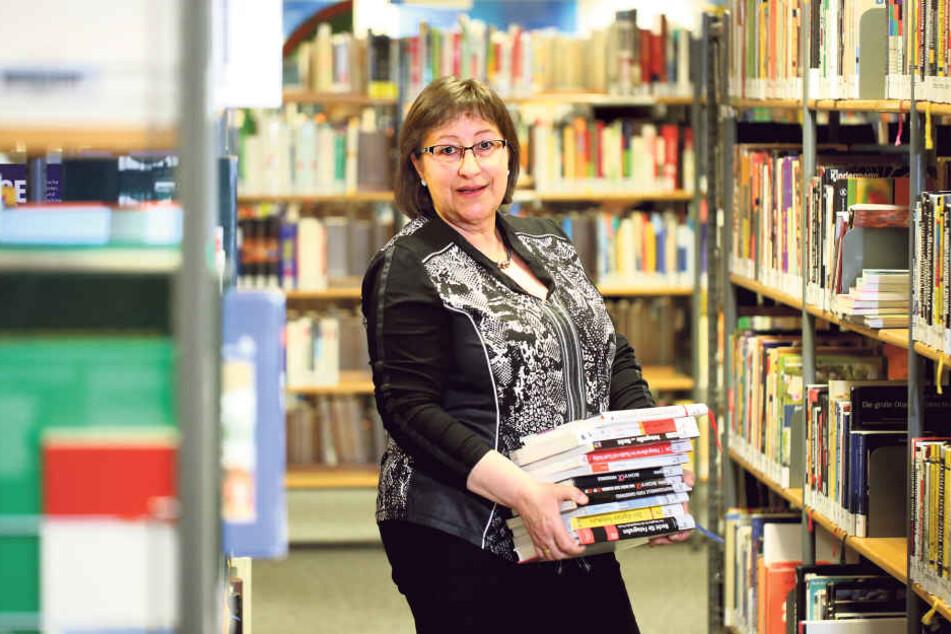 Petra Scharnagel (58) nimmt in der Hauptbibliothek schon mal die Bücher in  die Hand. Am Montag starten Umzugsexperten mit dem Transport in den Kulti.