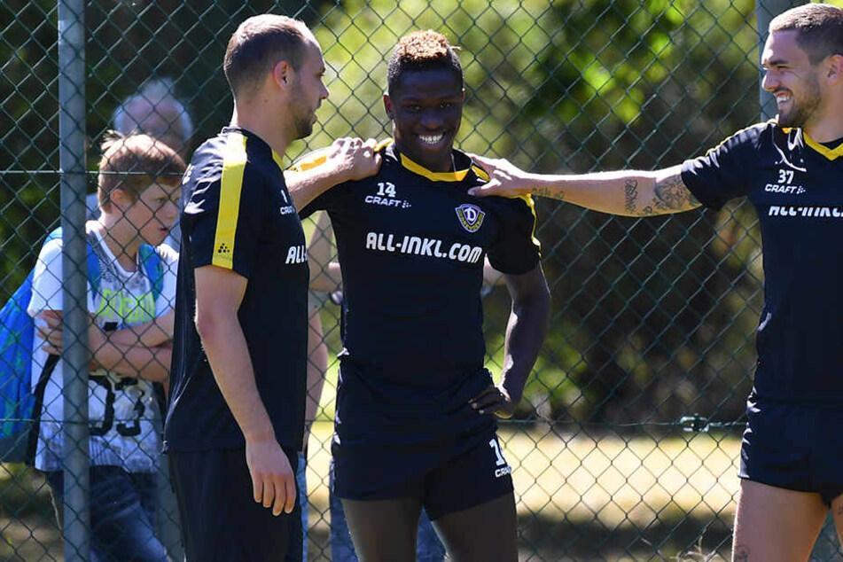 Pascal Testroet (r.) geht in seine vierte Dynamo-Saison, er gehört mit zu den erfahrensten Spielern im Kader. Rico Benatelli (v.l.) und Moussa Koné kommen zusammen gerademal auf 17 Monate in Dresden.
