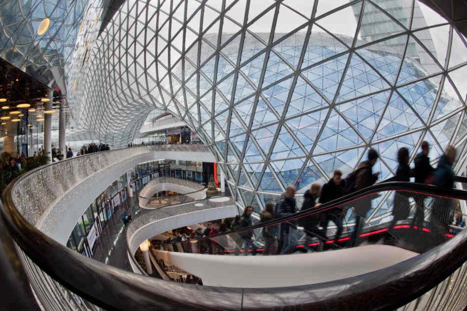 """Die Passage """"My Zeil"""" in Frankfurt am Main ist wichtiger Bestandteil der Einkaufsstraße und zieht viele Besucher tagtäglich an."""
