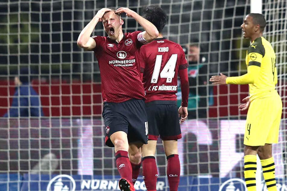 Hanno Behrens entsetzt über eine vergebene FCN-Chance. Dortmund Abdou Diallo (rechts) scheint um Verständnis zu bitten.