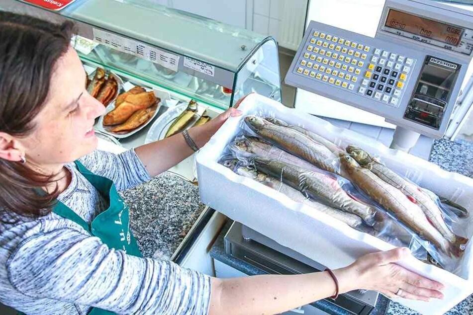 Im Hofladen der Ermischs wiegt Mitarbeiterin Ina Weber (41) eine Kiste mit Saiblingen.