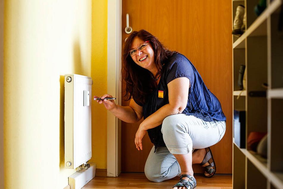 Ulrike Körber (51), Energieberaterin für die Verbraucherzentrale Sachsen, macht beim Energie-Check einen Rundgang durch die Wohnung, um auch wirklich jede Schwachstelle zu finden. Im Mittelpunkt steht unter anderem die Heizung.