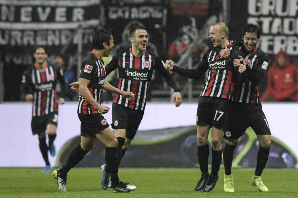 Sebastian Rode (2. v. Re.) jubelt nach seinem Treffer zum zwischenzeitlichen 1:1-Ausgleich gegen Werder Bremen.