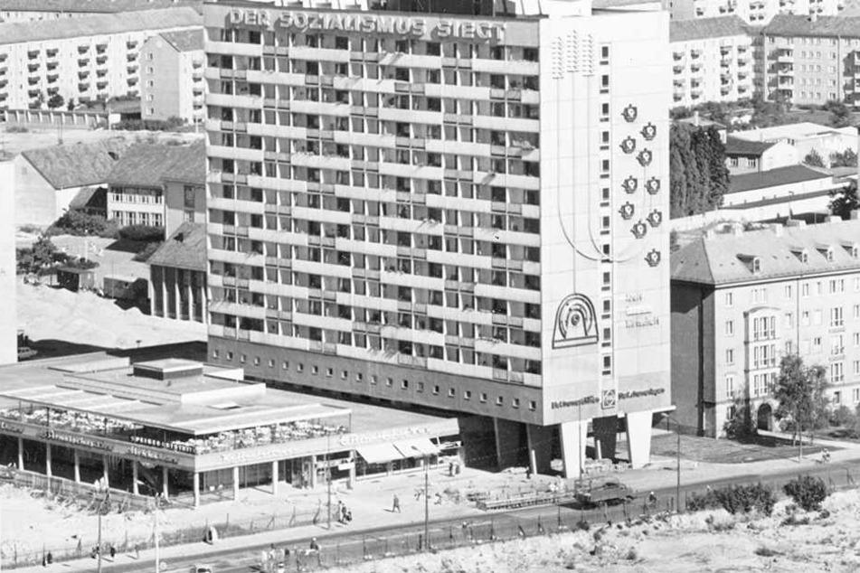 """""""Der Sozialismus siecht"""": Die Hochhausplatte von 1966 wurde durch den Protestslogan gegen die DDR berühmt."""