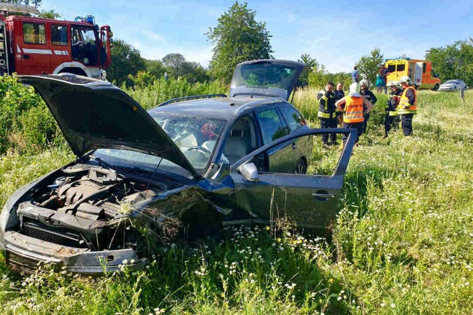 Unfallverursacher flüchtig: Auto kracht in Bäume und wird auf ein Feld geschleudert