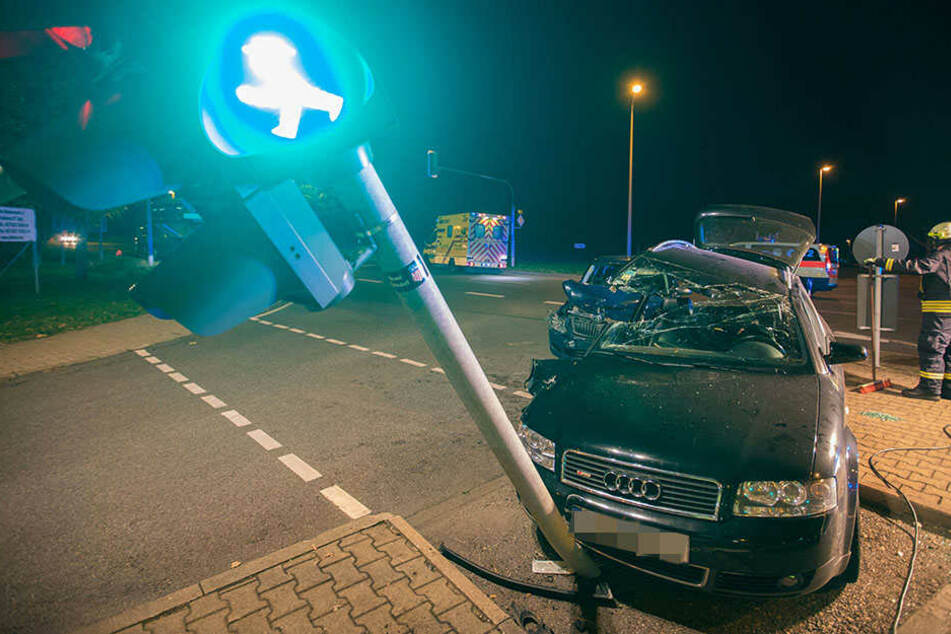 Der Audi krachte gegen eine Ampel.