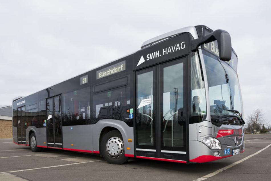 Ohne Vorwarnung sprangen drei Männer vor einen Linienbus in Halle (Saale) und besprühten den Fahrer danach mit Pfefferspray. (Symbolbild)